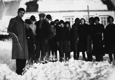 Lærer med skoleklasse på Å i Senja i 1935
