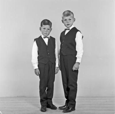 Portrett 2 unge gutter - bestiller Odd Andreassen