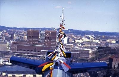 Flaggene vaier over skorsteinen på S/S 'Norway' (ex