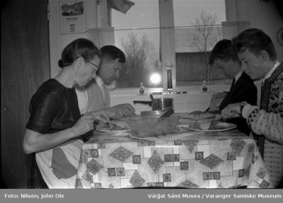 Familien Nilsen spiser middag på kjøkkenet hjemme i Bunes