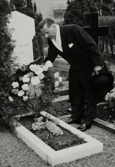 Jonas B. Øglænd bekranser Jonas Øglænds grav