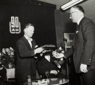 Innkjøpssjef Lea overrekker sigarskrinet fra de ansatte i Manufakturavdelingen til Sigurd J. Øglænd