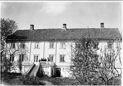 Hovedbygningen på Hoff Prestegård fotografert fra hagen