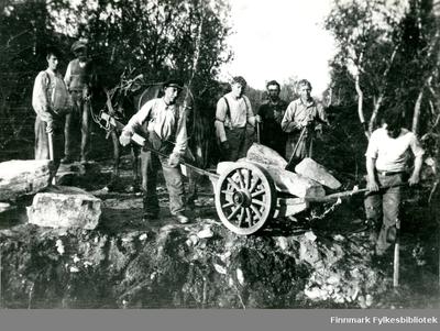 Bildet viser et arbeidslag på 7 menn