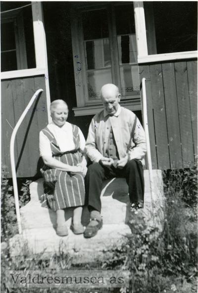 Gunnar og Tonetta Kjensrud avfotografert ute på trappa