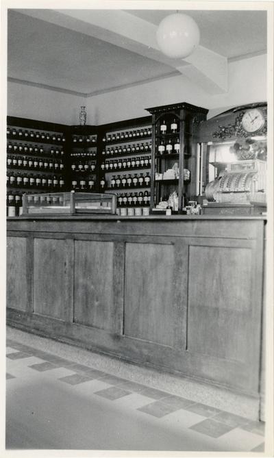 Interiør fra publikumsavdeling i apotek