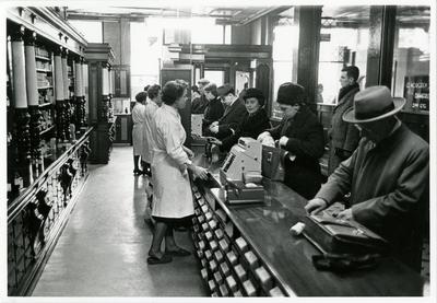 Fotografi av publikum og personale i skranken
