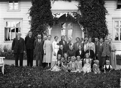 En rekke personer avbildet foran villaen til Olav Tømmerstigen på Lena
