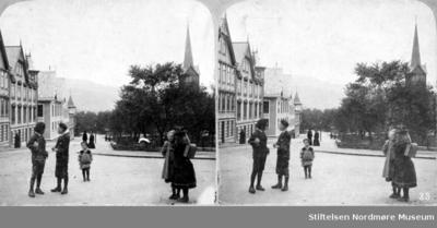 Skolebarn med ransel foran kirka i Langveien
