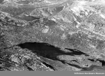 Flyfoto av et fjellandskap