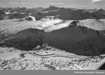 Flyfoto over snødekt vinterlandskap