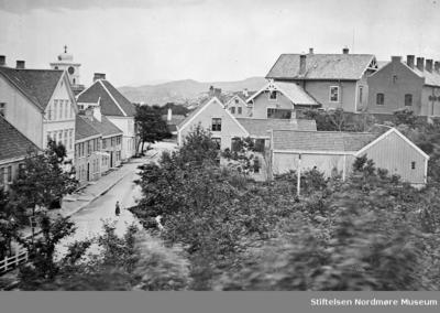 Foto fra starten av parkveien (Langveien) med Torget på Kirkelandet lenger bak