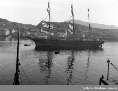 En bark siger inn Sørsundet en høst- eller vinterdag rundt 1900