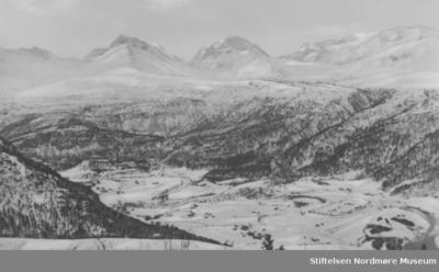 Utsikt over snøkledd fjellandskap