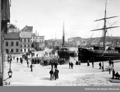 Postkort fra Kirkelandets Allmenning og Dampskipkaia på Kirkelandet i Kristiansund