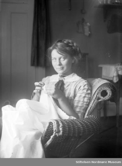 Foto av en ukjent kvinne igang med håndarbeid