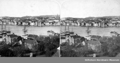 Et stereobilde fra bebyggelsen i Hønebukta på Innlandet og medskuter liggende oppankret utenfor Wesselhaugen