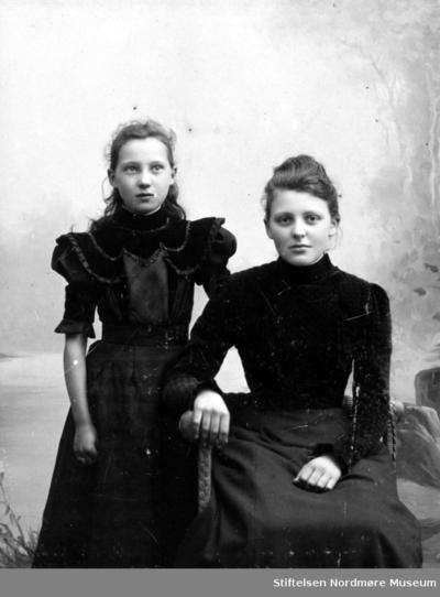 Portrett av to ukjent unge kvinner