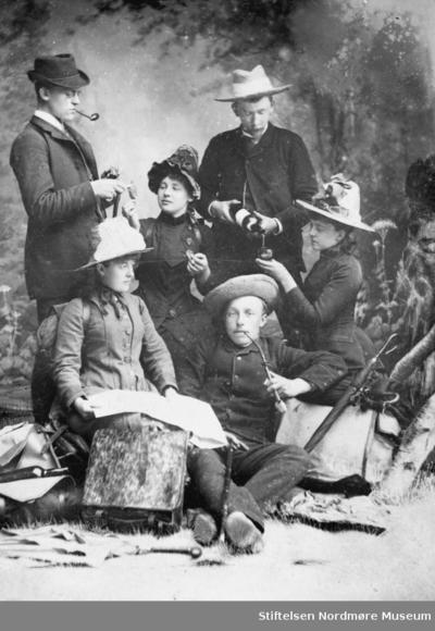 Dekadense: Regissert bilde av en gruppe kvinner og menn på