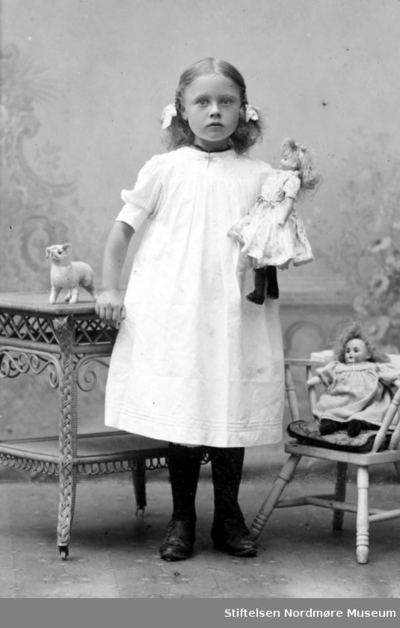 Portrett av en ung pike iført penkjole