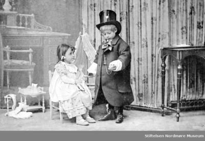 Foto av to små barn