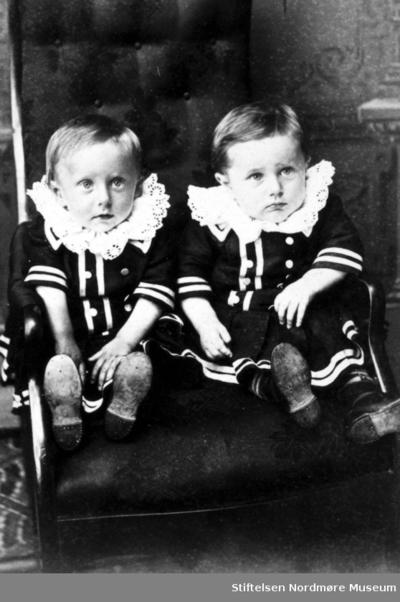 Portrett av to ukjente barn