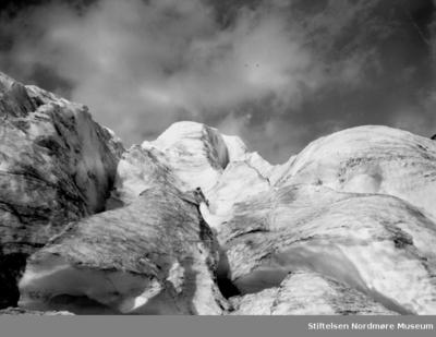 Fjellandskap med snødekte fjelltopper