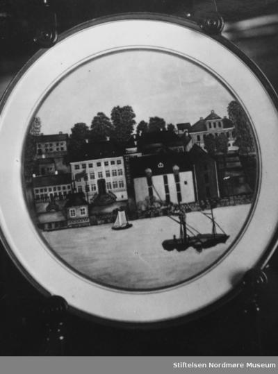 (Fra Nordmøre Museums fotosamling) HÅNDMALT STENTØYTALLERKEN