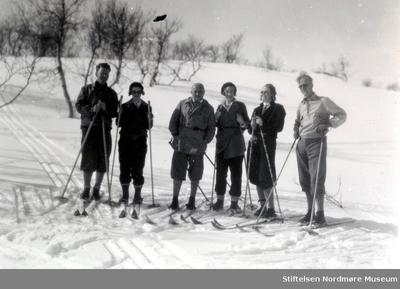 Foto av tre menn og tre kvinner på skitur
