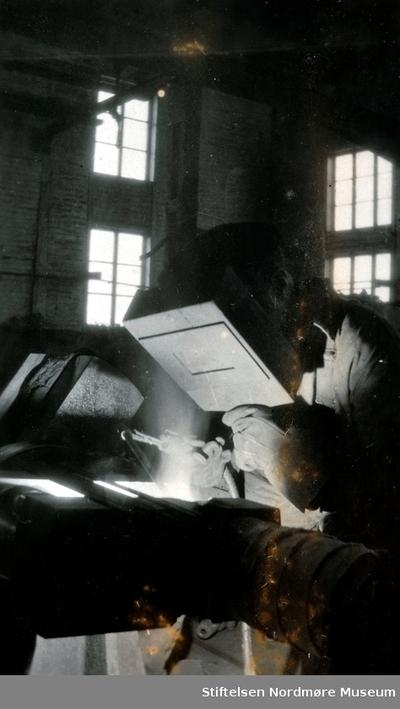 reklame-Foto av en sveiser igang ved Storvik Mekaniske verksted på Dale