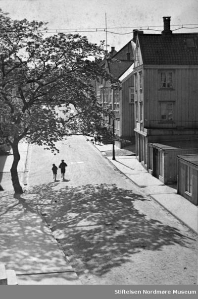 To gutter springer i Storgata