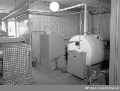 arbeids-skjorte-stoff på rull mates inn i maskin
