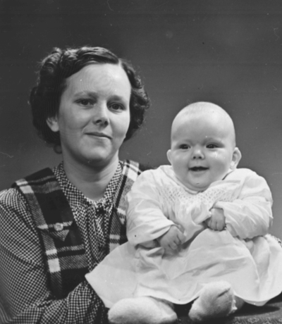 Jorunn Karlsen med dåpsbarnet Ann Brynhild