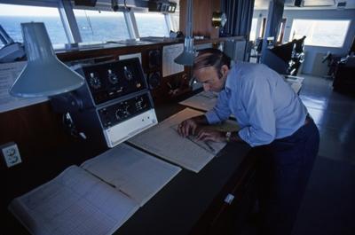 Kapteinen i bestikket på broen på T/T 'Wind Eagle' (b