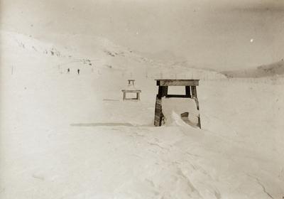 Nedsnødd snøoverbygg nær Finse stasjon