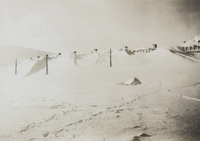 Nedsnødd snøoverbygg vest for Finse stasjon