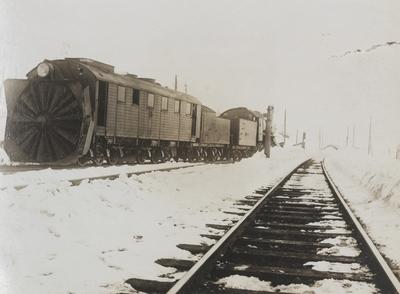 Roterende snøplog også kalt Rota og damplokomotiv type 22 på Finse stasjon