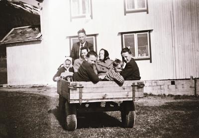 Familie i traktorvogn på Stonglandseidet