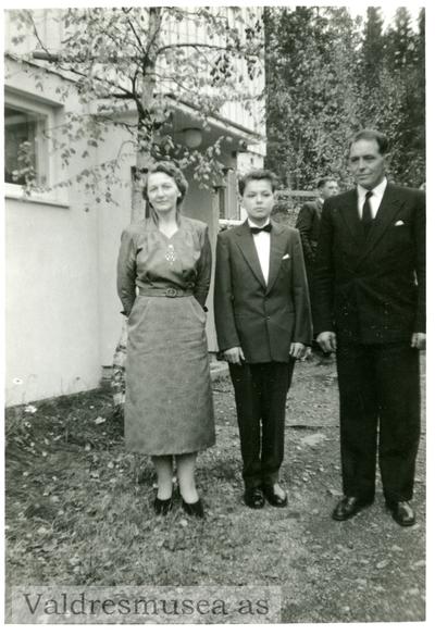 Konfirmasjonsbilde av Alf Terje Langedrag sammen med foreldrene Arne og Olga Langedrag