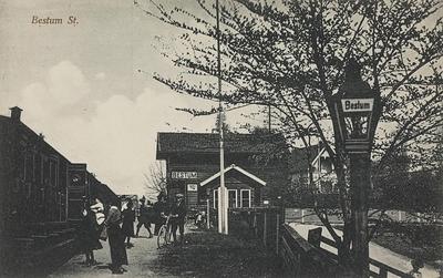 Bestum stasjon med tog og reisende på plattformen