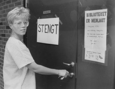 Bibliotekar Anne Kjersti Bekkelien stenger døra til Hakadal bibliotekfilial i 1990