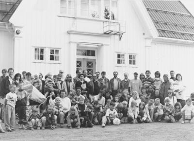 Foreldre og elever foran Holm skole i juni 1994