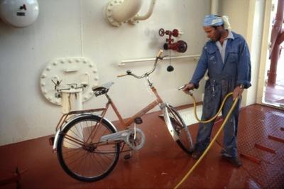Rengjøring av sykkel ombord i T/T 'Wind Eagle' (b
