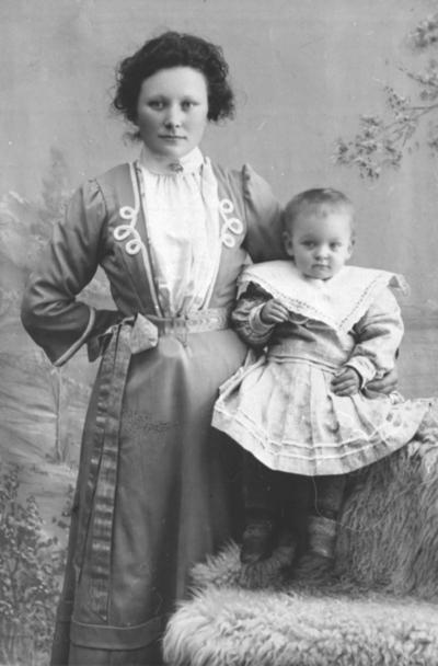 Portrett av Antonie Jørgensen med datter Emilie