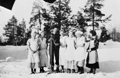 Bildet viser elever og lærere ved Svanvik Ungdomsskole samlet til festlig samvær