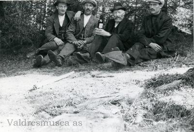 Bilde en er et portrett av Arne Øyhus Lundmoen og bilde to viser fire menn som sitter på bakken