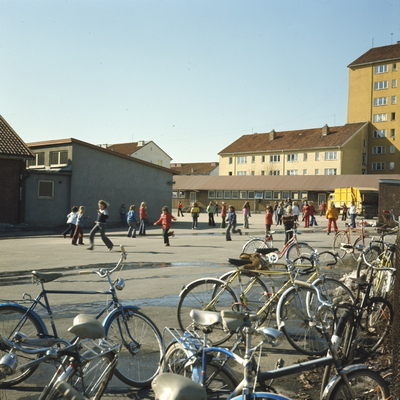 Foto av skoleelever som leker i skolegården ved Årvoll Skole