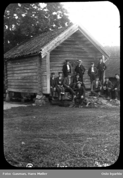En gruppe menn og ungdom foran stabburet på Lyse (i Hole?)