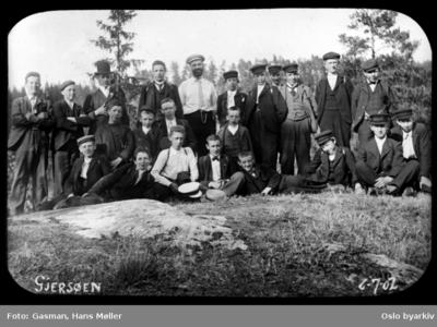 En gruppe menn og ungdommer poserer for fotografen ved Gjersjøen i Oppegård