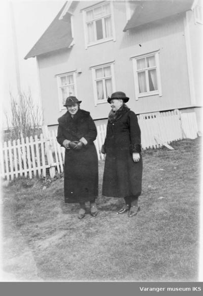 Mildrid Karlsen og moren foran huset på Prestelva